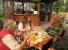 Mittagsimbiss am Geiseltalsee - Auch Busfahrerin Kerstin (Mitte) muss sich stärken