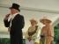 Bürgermeister Roland Panitz hat sich trotz Hitze im Schale geworfen