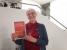 Buchhändlerin Karin Volkmer mit Büchern  von Eugen Drewermann